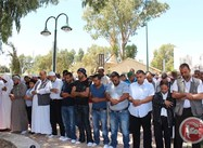 Palestinian-Israelis:  Hundreds pray outside closed mosque in Beersheba